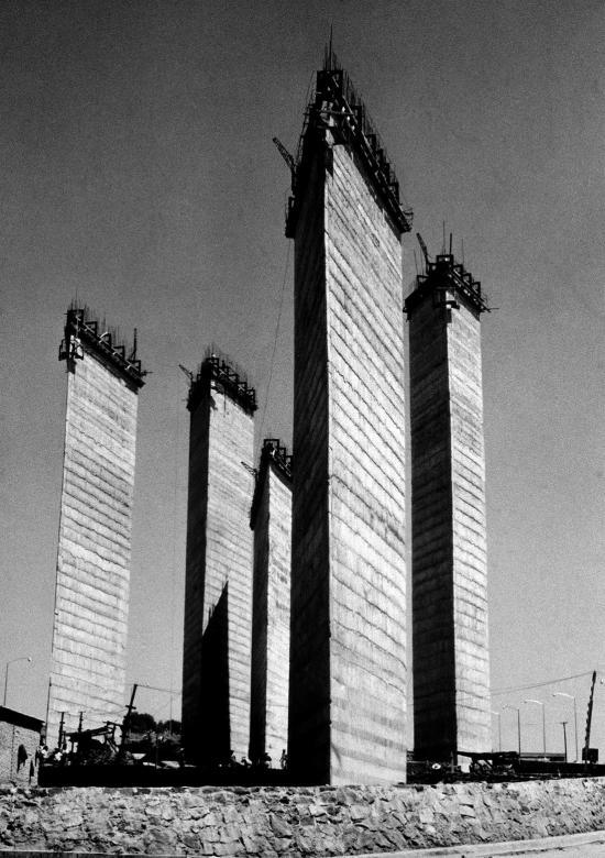Torres de satelite en construccion