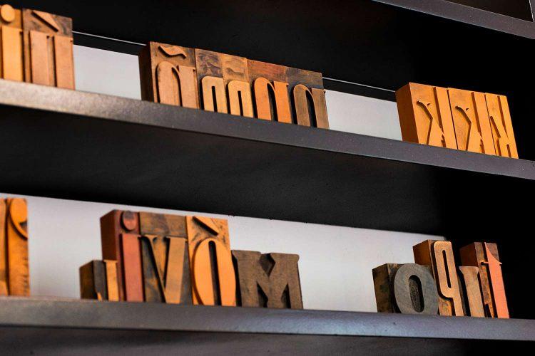 Tipografía en madera exposición Libros Coleccione y Laberintos