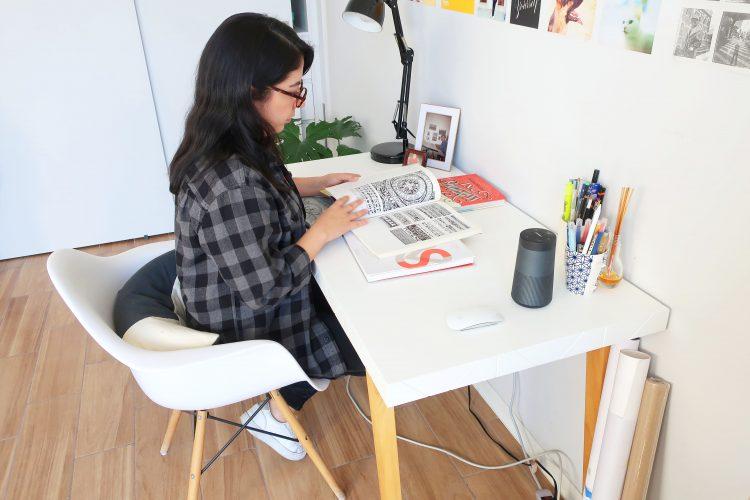 Rebeca Anaya consultando libros, Marcos Palomeque, Farolito